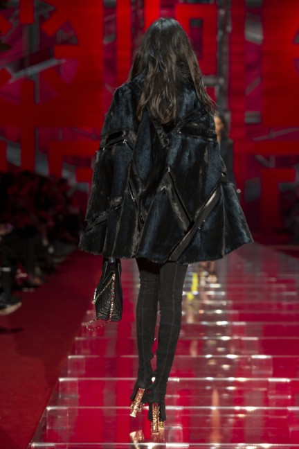 versace-milan-fashion-week-autumn-winter-2015-runway-back-35