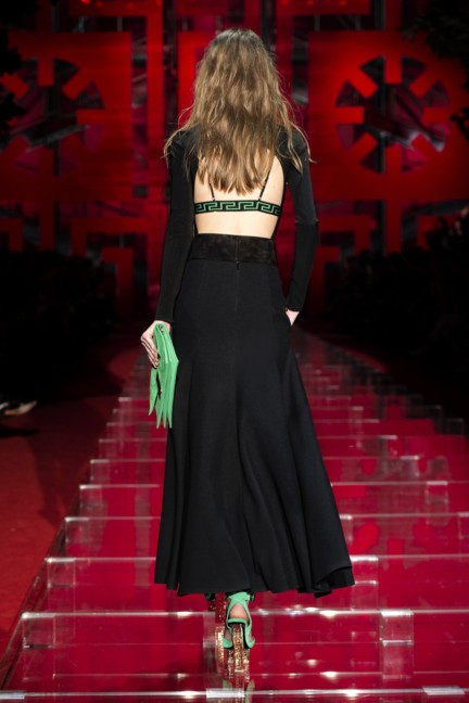 versace-milan-fashion-week-autumn-winter-2015-runway-back-39