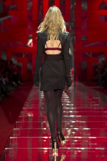 versace-milan-fashion-week-autumn-winter-2015-runway-back-6