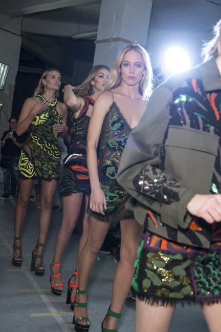 versace-milan-fashion-week-spring-summer-2016-backstage-172
