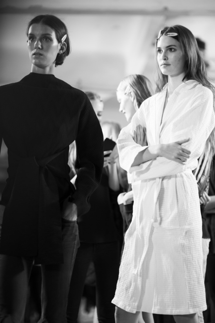 versace-milan-fashion-week-spring-summer-2016-backstage-177