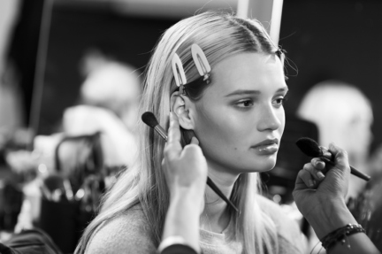 versace-milan-fashion-week-spring-summer-2016-backstage-197
