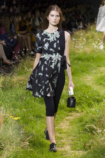 moncler-gamme-rouge-paris-fashion-week-2016-runway-24