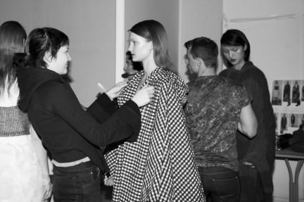 christian-wijnants-paris-fashion-week-autumn-winter-2015-backstage-22