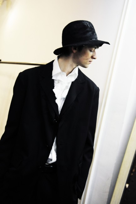 yohji-yamamoto-paris-mens-autumn-winter-2015-backstage-2