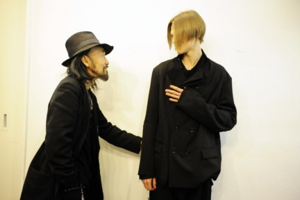 yohji-yamamoto-paris-mens-autumn-winter-2015-backstage-4