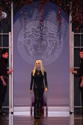 Donatella-Versace-takes-to-the-runway-at-Milan-Fashion-Week-Autumn/Winter-2014